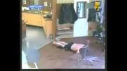 Какво става, като ти залепят чехлите за пода