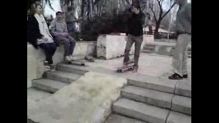 Роза Секса се опитва да кара skate