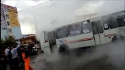 Автобус попада на спукан водопровод с гореща вода