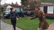 Участници в маратон спонтанно се ръкуват с 95 годишен военен ветеран дошъл да ги поздрави!