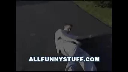 кола блъска човек,и тои се изправя на крака