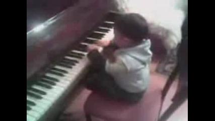 малко дете свири на пиано моето дете