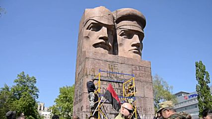Ukraine: Right Sector fails to demolish Soviet statue with sledge hammers