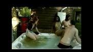 Жена се изпуска в басейна