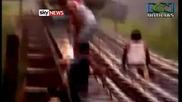 Идиоти лягат под минаващи влакове