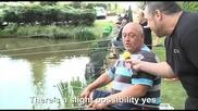 Пиян рибар прекъсва интервюто си за да хване златната рибка, смях