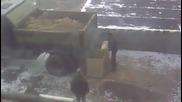 Как руснаците разтоварват камион с пясък