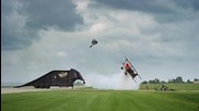 Изтръпващи кадри, моторист прави салто над ниско прелитащ самолет!