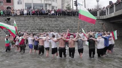 Това е истинската България! Мъже пеят химна в ледените води на река Джерман.