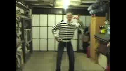 Момче Танцува