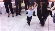 Малко момченце танцува гръцко