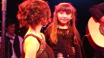 Свежо изпълнение Selena Gomez пее A Year Without Rain с нейна фенка