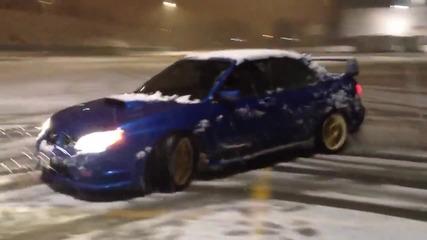 Subaru Impreza си играе в снега