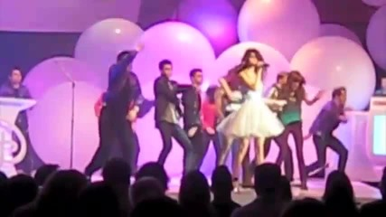 Shake It Up - Selena Gomez Performs Live with Bella, Zendaya and Entire Shake It Up Cast!