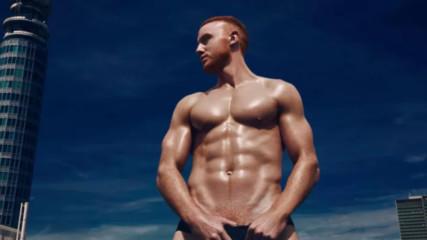 Секси календар търси яки червенокоси пичаги за голи снимки