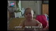 Бебе плаче и се смее