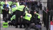 Полицията в схватка с протестиращите против Торите