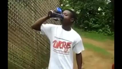 Тоя ще ви изуми с това, което прави с бутилка вода