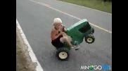 Дете дига предница с трактор
