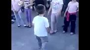 Дете танцува на Майкал Джексан