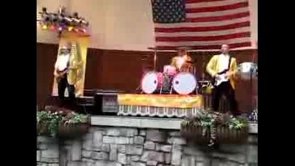 Този барабанист е явно голям лудак