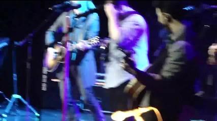 Jonas Brothers изпълняват Turn Right в Бразилия - Belo Horizonte 08.03.2013 + Кевин пее