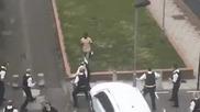 11 полицаи бягат от един разбеснял се мигрант