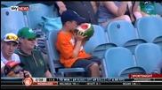 Малко момче изяжда цяла диня по време на футболен мач