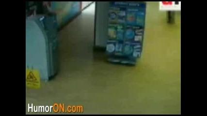 Крадец Неможе Да Излезе От Банката