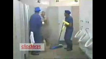 Смях - скрита камера в тоалетната