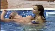 Лияна и Мариан се прегръщат в басейна