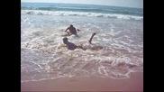 Момчета Играят кеч на плажа