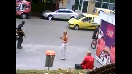 англичанка лепи пари по улицата на Търново!
