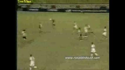 Роналдиньо - Земи Тоя Пас !!!