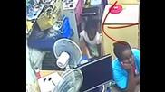 Майка разсейва продавач, докато дъщеря ѝ краде