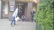 Мъж се бъзика с хората с празна кофа!