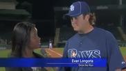 Безпрекословно животоспасяващо хващане на бейзболното игрище по време на интервю