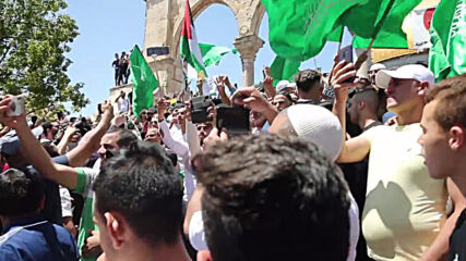 East Jerusalem: Thousands flock to al-Aqsa mosque for final Ramadan Friday prayers and Quds Day protest