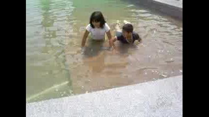 Деца Се Къпят