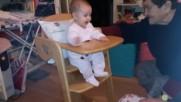 Бебе се радва на дървеното си столче
