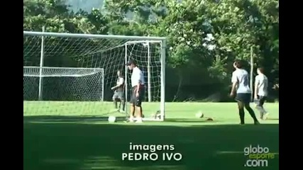 Роналдиньо вкара невъзможен гол на тренировка !!!
