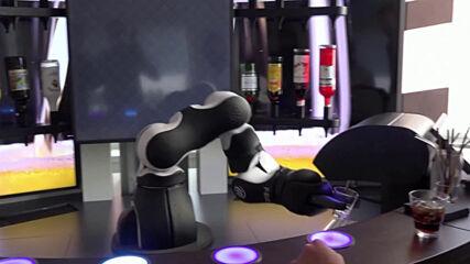 Барман робот в Швейцария бърка коктейли
