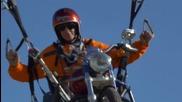 Летиш с парапланер, докато яздиш Harley Davidson
