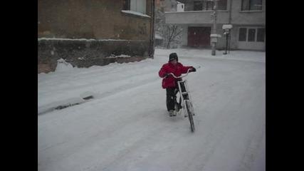 кара чопър в снега