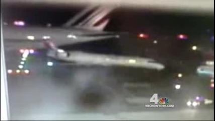 Airbus A380 удря Crj-700!