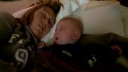 Малък бебок се плаши от майка си докато спи , смях
