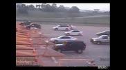 Жена излита от летището с колата си!