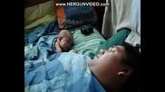Бебешок се плаши от хъркането на баща си