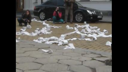 Протестиращи хвърлят тоалетна хартия по парламента (2)