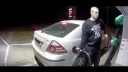 Глупав човек краде бензин от бензиностанция